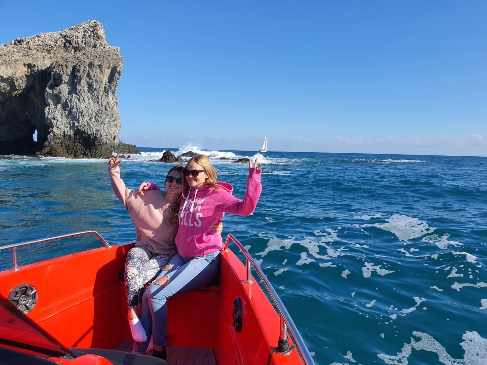 dos chicas en excursion en barco por los mares de Torrevieja